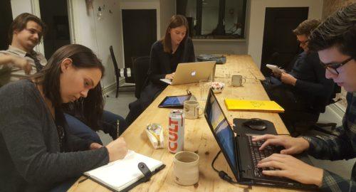 Billede af elever der arbejder på workshop