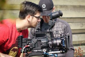 Fotograf på elevproduktion i FilmMaskinen arbejder koncentreret